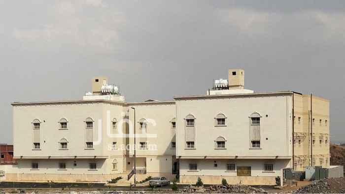 1299847 شقة مع سطح خاص حي الرانوناء مخطط التلال داخل حد الحرم عبارة عن 4 غرف وصالة معيشة كبيرة وغرفة خادمة واربع حمامات ومطبخ