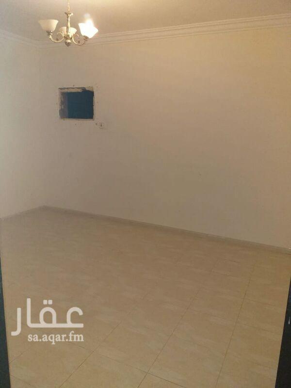 1488691 شقة للايجار دور ثالث اربع غرف وصاله مستخدم نضبف شهري 1400 امامها ثلاث غرف وصاله  في الرمال التعمير