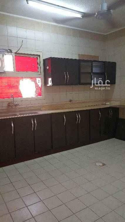1693215 إيجار شقة كبيرة ثلاث غرف وصاله ومطبخ واتنين دورات مياه حي النهضة كهرباء مشترك دور اول علي اليسار