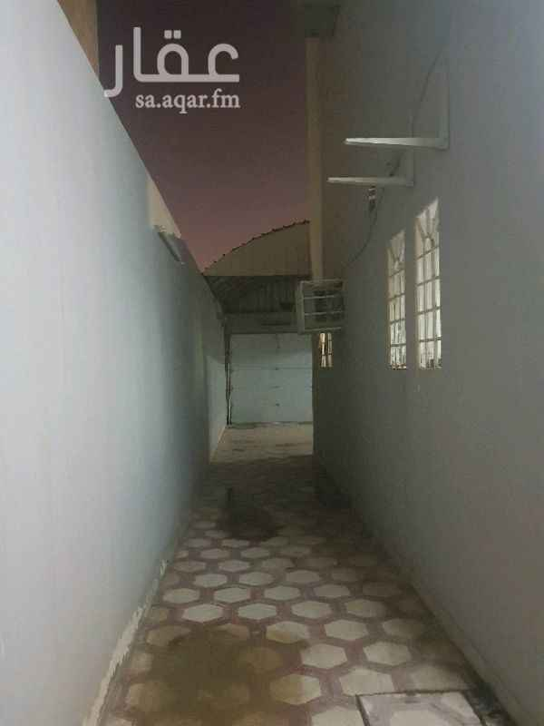 1295965 دور ارضي نظيف للايجار مكون من ٥ غرف وصاله وملحق خارجي ومدخل سياره  شارع ٢٠ جنوبي يفتح على المسجد