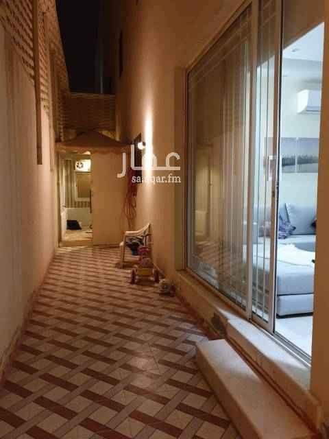 1644977 شقة دورين مدخلين المساحة الداخلية للشقة 237 م الطابق الارضي يتكون من : مدخلين للشقة من الجهة الجنوبية والجهة الغربية مجلس رجال وصالة ومطبخ واثنين حمامات ومستودع وحوش عرض 2متر وطول 21متر وخيمة 2 × 3.5 م الطابق العلوي يتكون من : غرفة رئيسية مع حمام وغرفة مع حمام وغرفة وغرفة غسيل وبيت الدرج   عليها صندوق عقاري مبلغ تقريباً 470 الف بقسط شهري 1676  المطلوب مبلغ 200 الف نقداً ويتقبل الصندوق العقاري