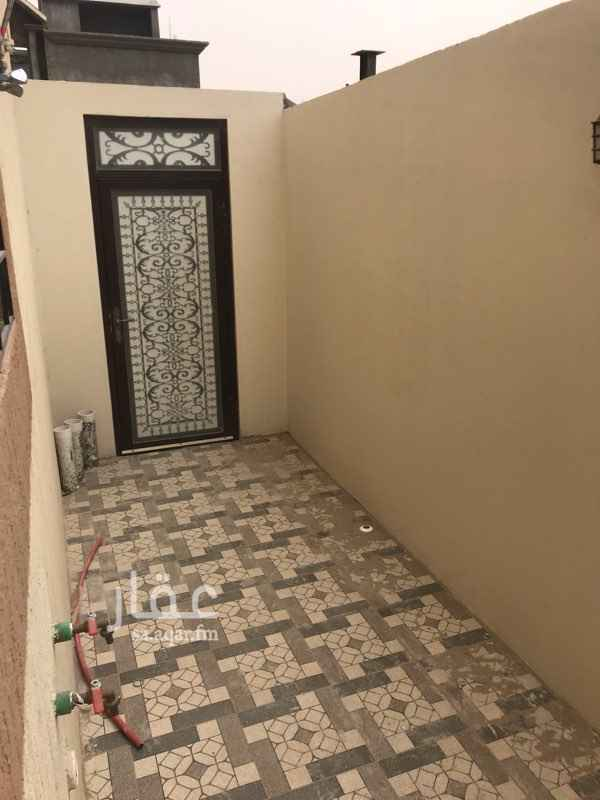 1700431 شقة عمرها سنة دور ارضي بضاحية الملك فهد الحي الخامس الثامن ركنية تطل على شارع ونافذ لها كراج وفيها مظبخ