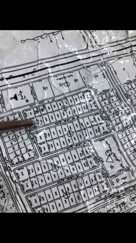 1453445 ارض في حي شرق الرياض مخطط رقم ٣٤٤٥  مستوية ويجود بجوارها استراحات قائمة