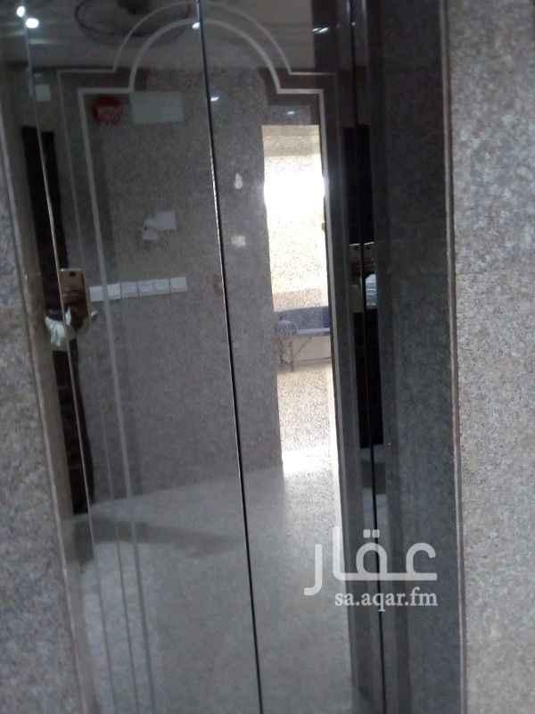 1095751 شقة مكونه من ٥ غرف ومطبخ وحمامين على ش 30  وبها دكاكين على شارع تجاري  المودي الى الدائري الثالث .