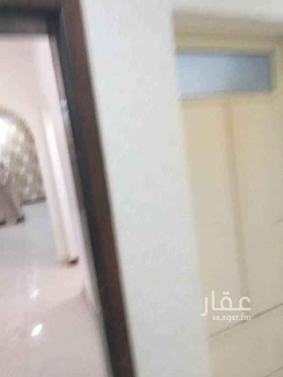 1695453 شقة دور اول ٤غرف وصالة ٣حمام ومستودع نظيفة جدا ممكن اجار شهري
