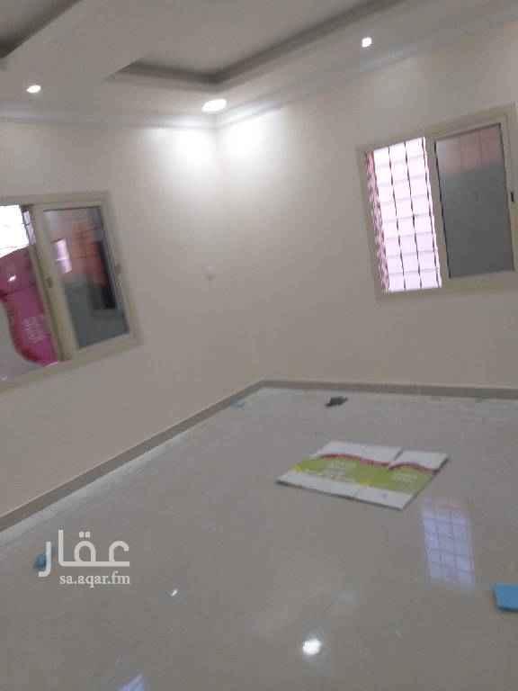 1721350 شقة أربعة غرف وصالة ومطبخ ٣حمام  ديكورات مدخلين أمامها سطح نظيفة ممتازة