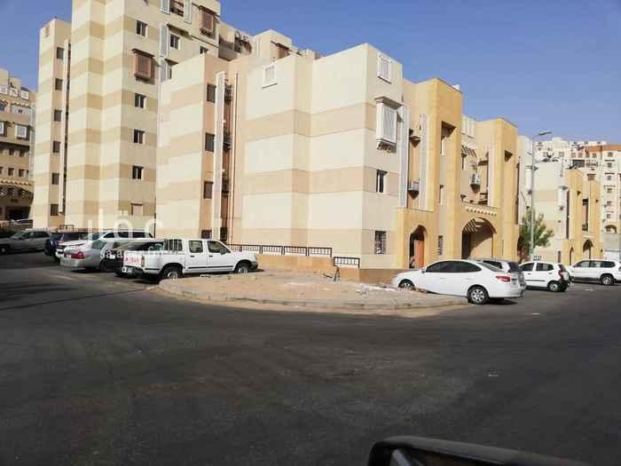 1549908 شقة دور أرضي مساحتها ١٠٥ م  ثلاث غرف نوم وثلاث دورات مياه وصالة ومجلس ومطبخ .