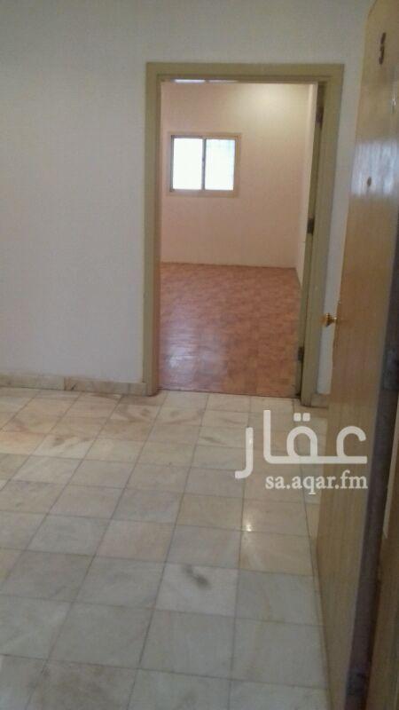 1282419 شقة عوائل فى عمارة عبارة عن 3غرف وصالة ومجلس و3حمام ومطبخ راكب ومكيفات شباك وغرفة شغالة وسطح خاص