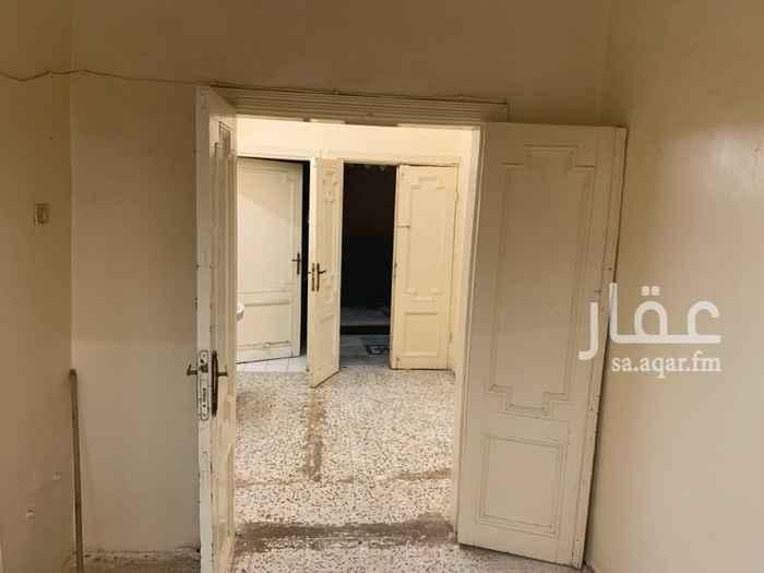 1684951 يقع في الشعداء الجنوبية في شارع الشطبة ، يوجد بالقرب منه جميع الخدمات كالمسجد والمدارس والمطاعم وجميع الخدمات.