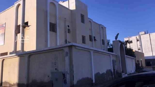 1630875 عماره مكونه من شقتين كل شقة 5 غرف ودورة مياة عدد 2 الغرف كبيره السعر ثلاثمية وسبعين ألف ريال