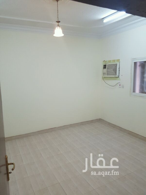 1233139 شقة ثلاث غرف وصالة ومطبخ ودورتين مياه  الشقة نضيفة والعمارة أكثر من ممتازه وهادئه