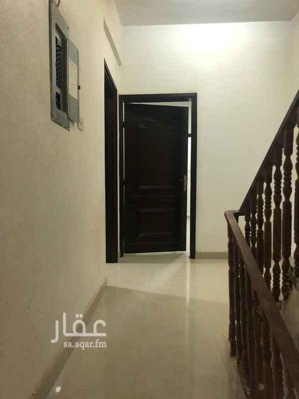 1681576 يوجد خمس غرف + مستودع + مطبخ+ صالتين +حمامين+مع السطح +حوش مياحته تقريبا 9* 5