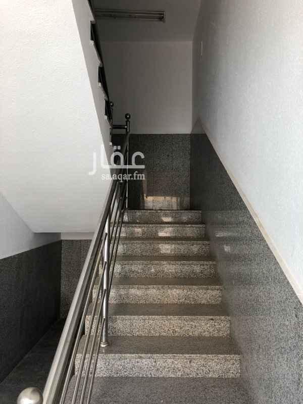 1148221 مكتب في محطة البساتين على طريق الملك عبدالعزيز مباشر له مدخل مستقل مساحة كبيرة به ٢ دوره مياه ومطبخ واحد مواقف سيارات متوفره باعداد كبيره بجوار المكتب