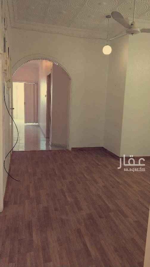 1704698 شقه علوية في فيلا قريبة من المسجد ومجمع مدارس البنات وشارع الستين . (بدون سطح) مدخل سيارة و مطبخ راكب والشقة نظيفة