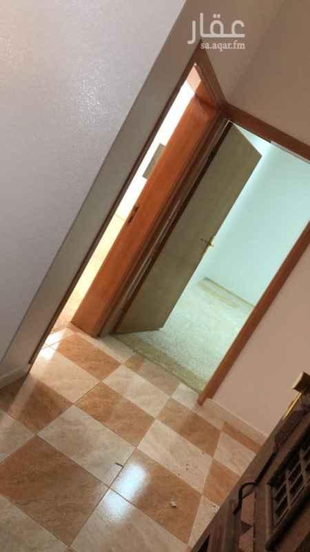 1725165 شقة كبيرة تتكون من 5 غرف و صالة و مطبخ راكب و 3 دورات مياة ومستودع وسطح