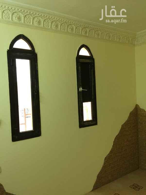 1286938 غرفة داخل شقة عزاب بالعقيق شارع التحلية شمال الرياض الموجودين بالشقة مصريين /شخص واحد بكل غرفة  مساحة الغرفة كبيرة ٤*٦ الايجار السنوي للغرفة ٩٨٠٠ ريال شامل السعي والمياه  0569686034