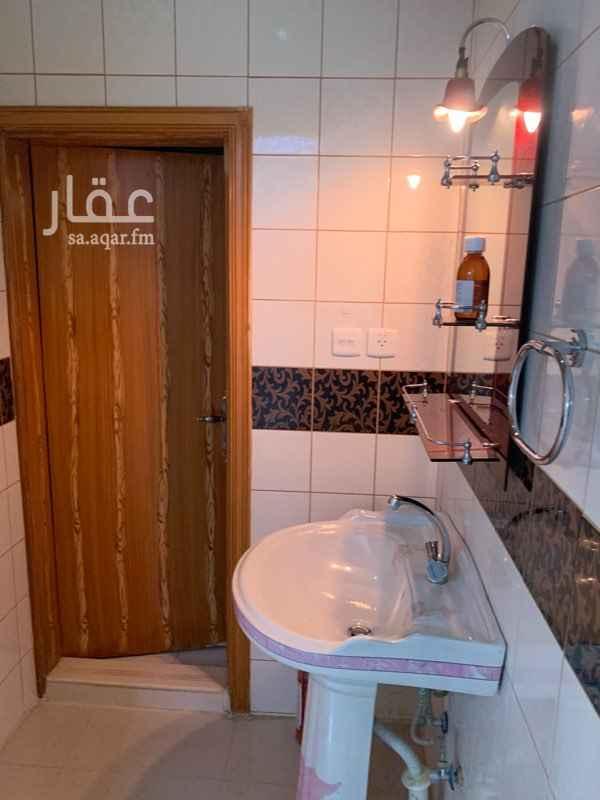1784540 شقة نظييفة   معها سطح كبير ومستقل للشقة السعر ٢٥٠٠٠  التواصل: 0592668877