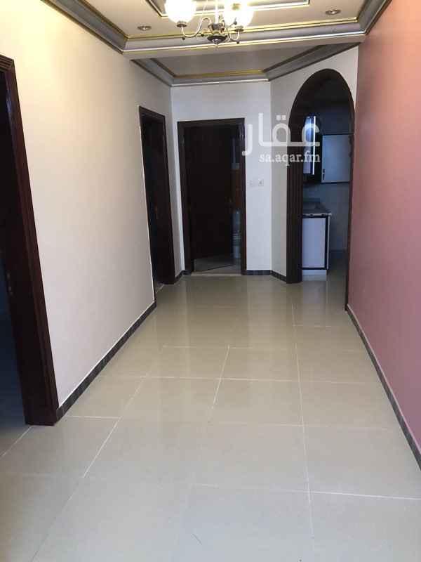 1745534 البيت مكون من دورين الشقة في الدور الأول يوجد مكيفات في الشقة