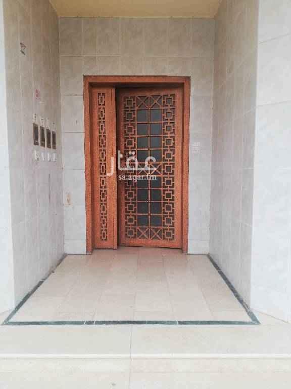 1582168 شقة ارضية بها مجلس ومقلط وغرفتين داخلية وحمامين وحوش خاص بالشقه وبها مدخل رجال ومدخل نساء