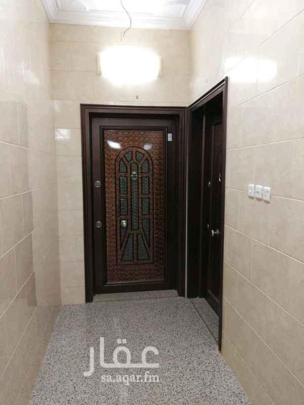 1388628 شقة تحتوي على 5 غرف + صاله + مطبخ + مستودع + 3 حمامات. بالإضافة لوجود: مصعد + غاز مركزي + موصولة بشبكة المياه + جميع الخدمات متوفره من حولها.