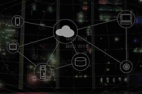 Mampara con serigrafía de elementos cloud y al fondo rack de servidores