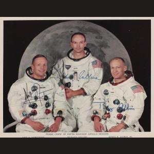 Celebra fotografie a echipajului misiunii Apollo 11, cu astronauții americani: Neil Armstrong, Michael Collins, Edwin E. Aldrin Jr., cu semnăturile olografe, 1969
