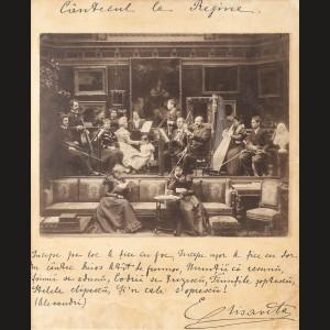 """Serata muzicală de la Peleş, avându-i în concert pe George Enescu și Grigoraș Dinicu, fotografie realizată de Franz Mandy, pe paspartu un citat din poezia """"Mihu Copilul"""" de Vasile Alecsandri scris și semnat de Regina Elisabeta, 1895"""