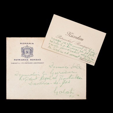 Carte de vizită a Patriarhului Nicodim, cu însemnări olografe către profesorul Constantin C. Giurescu, rezident regal al Ținutului Dunărea de Jos, în plicul original, cu antetul Patriarhiei Române