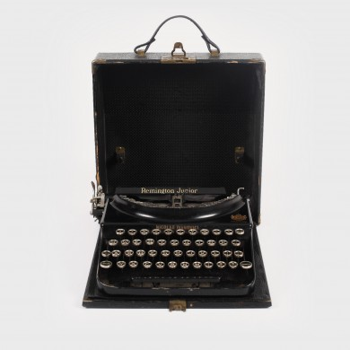 Mașina de scris portabilă Remington - Junior, personalizată Nicolae Ivanovici, furnizor oficial al Casei Regale, în cutia originală, anii '30
