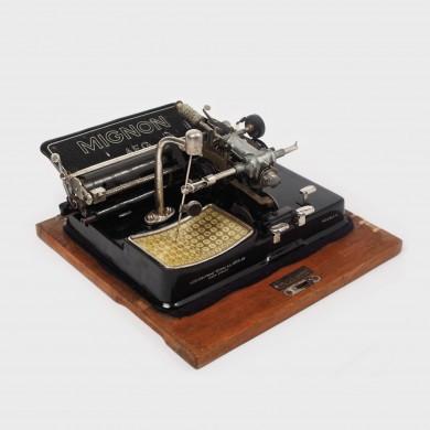 """Mașină de scris de tip index """"Mignon"""", în cutie originală din lemn, anii '30"""