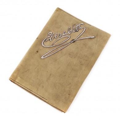 Poșetă-plic din piele de căprioară, decorată cu semnătura Reginei Elisabeta, montată în platină bătută cu diamante