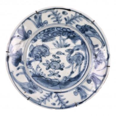 Platou din ceramică, decorat cu căprioare și gâscani, în stilul dinastiei Song, sfârșitul dinastiei Ming, China, sec. XVII, provine probabil dintr-un naufragiu