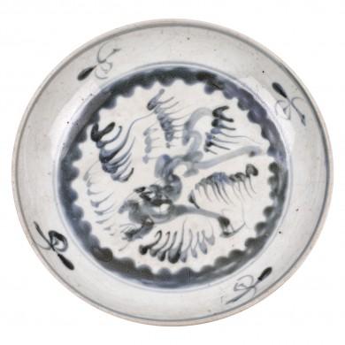 Platou din ceramică, decorat cu motivul dragonului printre nori, albastru oxidat, perioada dinastiei Song, China, sec. XIII