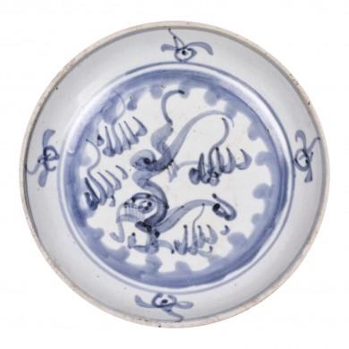 Platou din ceramică, decorat cu motivul dragonului printre nori, albastru deschis, perioada dinastiei Song, China, sec. XIII