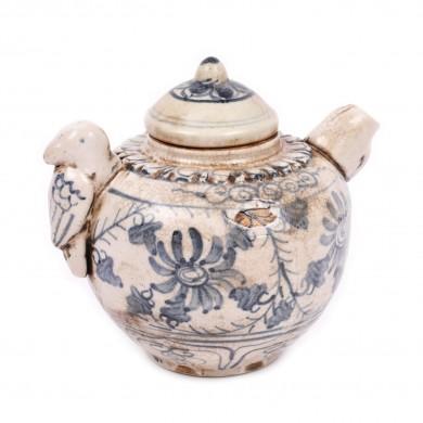 Ceainic din ceramică, decorat cu flori, perioada dinastiei Ming, China, sec. XVII
