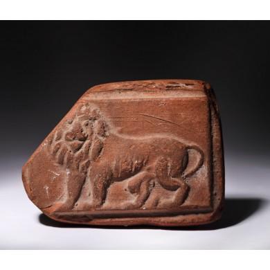 Fragment din teracotă, ilustrând un leu, epocă romană, provine din colecția dr. Horia Slobozianu