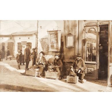 Fotografie reprezentând lustragii de pe strada Covaci din București, cca. 1920