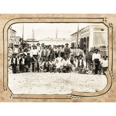 Fotografie reprezentând un grup de pietrari pe strada Covaci din Bucureşti, cca. 1920