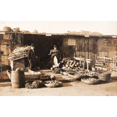 Carte poştală reprezentând o tarabă de legume și fructe în București, cca. 1920