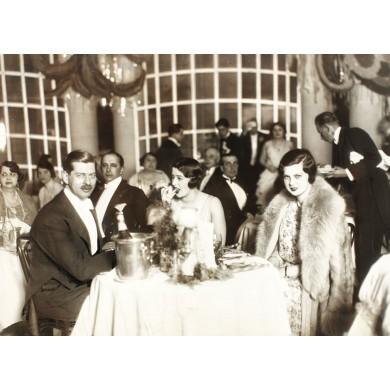 Fotografie de presă reprezentând pe Regele Carol al II-lea și Elena Lupescu într-un restaurant din Riviera franceză, 1936