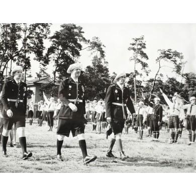 Fotografie de presă ilustrând pe Regele Carol al II-lea și Mihai, Mare Voievod de Alba-Iulia, în uniforme de străjeri, 1938