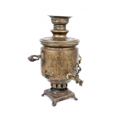 Samovar din alamă, provine din colecţia scenografei Teodora Dinulescu