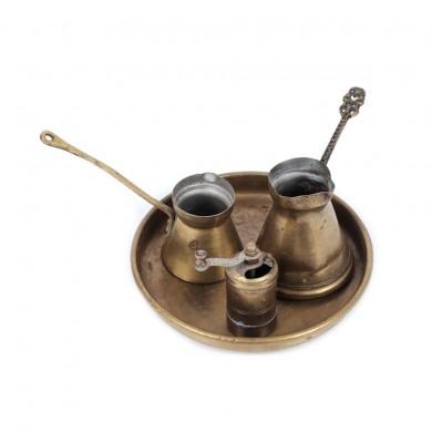 Set din alamă format din tavă rotundă, două ibrice și o râșniță de cafea, provine din colecţia scenografei Teodora Dinulescu