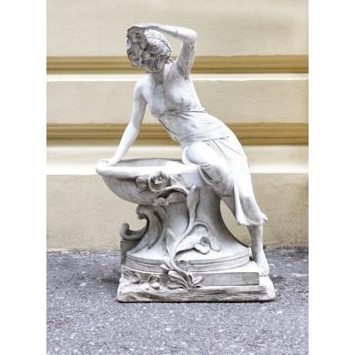 Statuetă sculptată în manieră Art Nouveau, reprezentând o tânără aplecată asupra unei fântâni