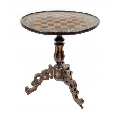 Deosebită masă din lemn de tei, cu intarsii din sidef, decorată cu motive floral-vegetale, dedicată jocului de șah, începutul sec. XIX