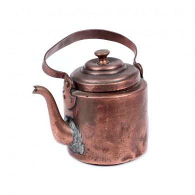 Ceainic din alamă, provine din colecţia scenografei Teodora Dinulescu