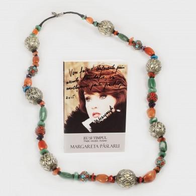 Lot compus din cartea scrisă de Margareta Pâslaru, cu dedicaţie şi un şirag de mărgele ce a aparţinut actriţei