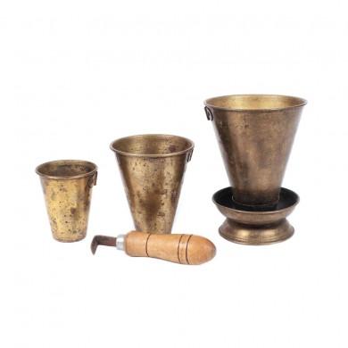 Set din alamă format din cafetieră cu mâner din lemn, trei ibrice și spirtieră, provine din colecţia Dorina Lazăr