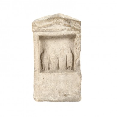 Stelă grecească din calcar, ilustrând trei Nimfe și un Adorant, rol funerar, Dobrogea, sec. II-III, provine din colecția dr. Horia Slobozianu