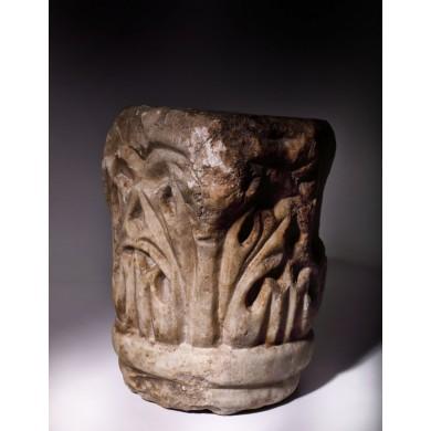 Capitel din marmură, stil corintic, epocă romano-bizantină, sec. IV-V, provine din colecția dr. Horia Slobozianu